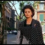 L'immagine, tratta dal film Matrimonio all'Italiana, ritrae Filumena Marturano alias Sofia Loren sullo sfondo di Piazza Bellini e via Costantinopoli.