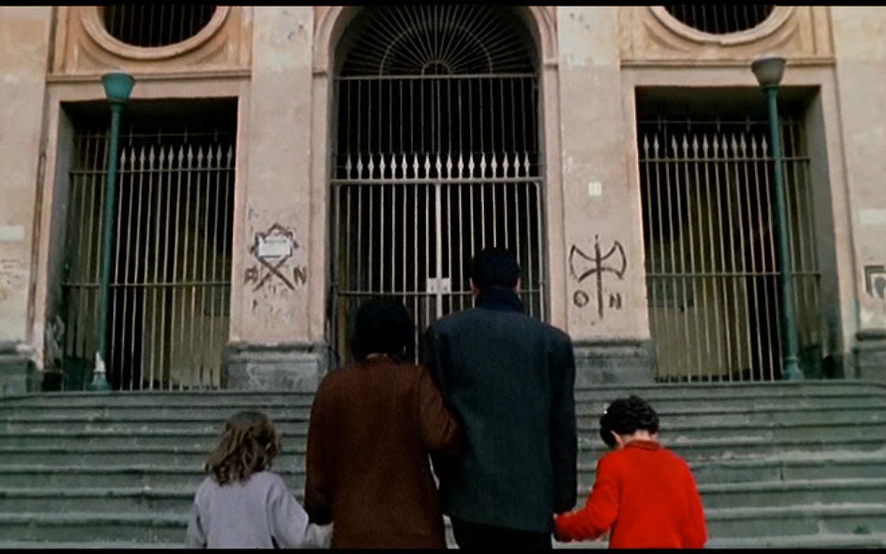 In fotografia si vede una scena del film Nel Regno di Napoli, girata davanti alla Chiesa di Santa Maria dei Miracoli, sita in Piazza Miracoli