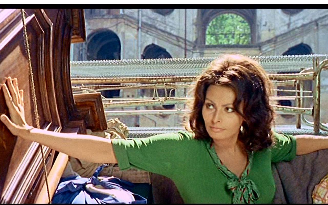 In fotografia si vede l'attrice Sofia Loren, protagonista della pellicola Questi fantasmi, e sullo sfondo l'antico Palazzo Sanfelice, sito in via Sanità