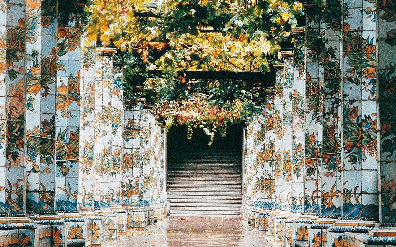 In fotografia si vede il Chiostro Maiolicato di Santa Chiara che fa parte del Complesso Monumentale di Santa Chiara
