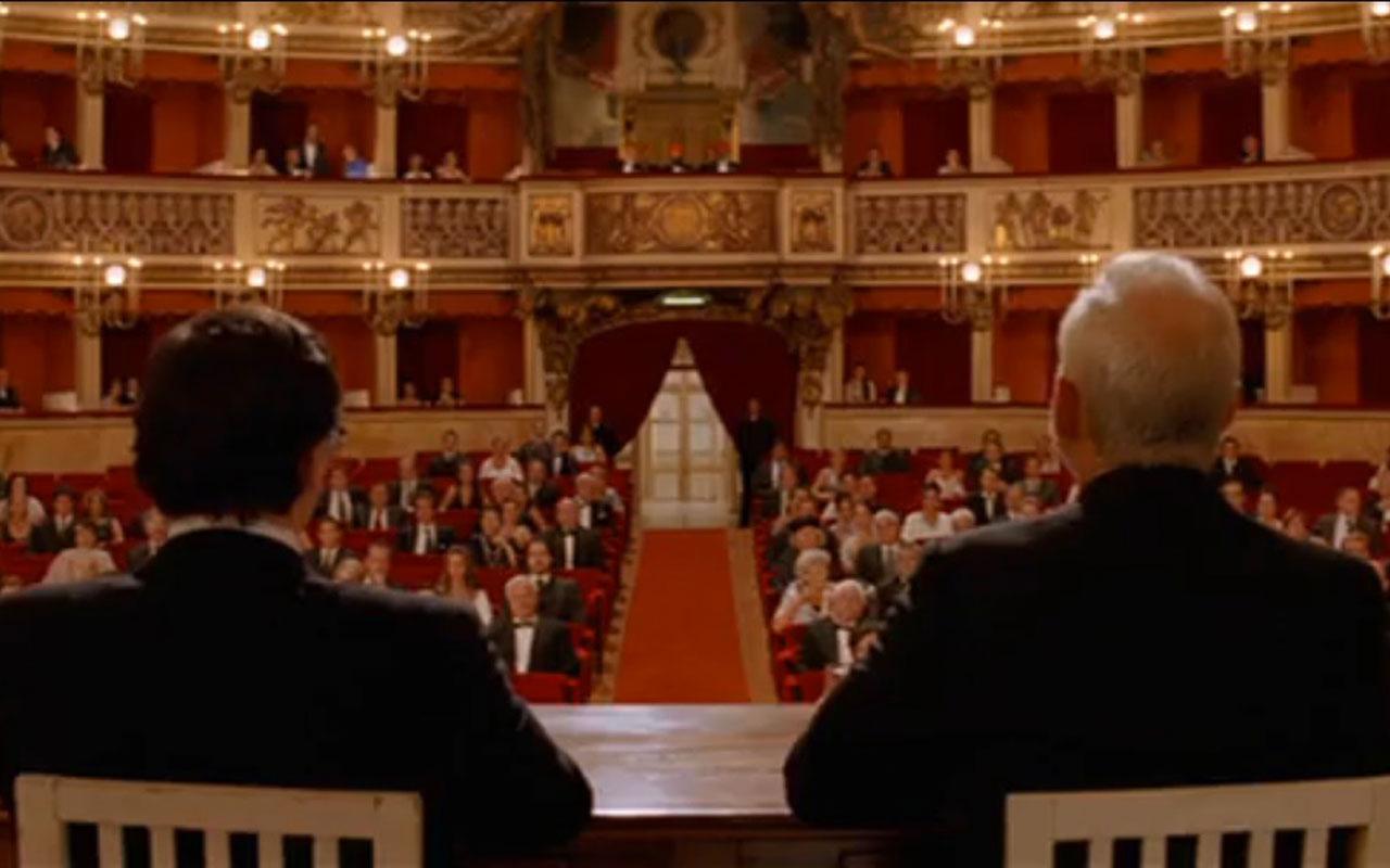 La fotografia ritrae una scena del film Le avventure acquatiche di Steve Zissou, in cui i protagonisti sono al Teatro di San Carlo di Napoli