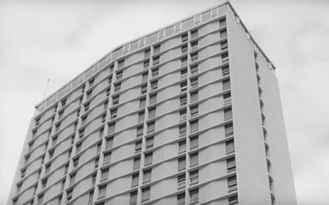 In fotografia si vede l'Hotel Ambassador, location del film Le mani sulla città