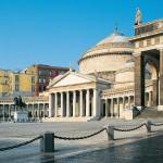L'immagine mostra Piazza del Plebiscito e la Basilica Reale San Francesco di Paola