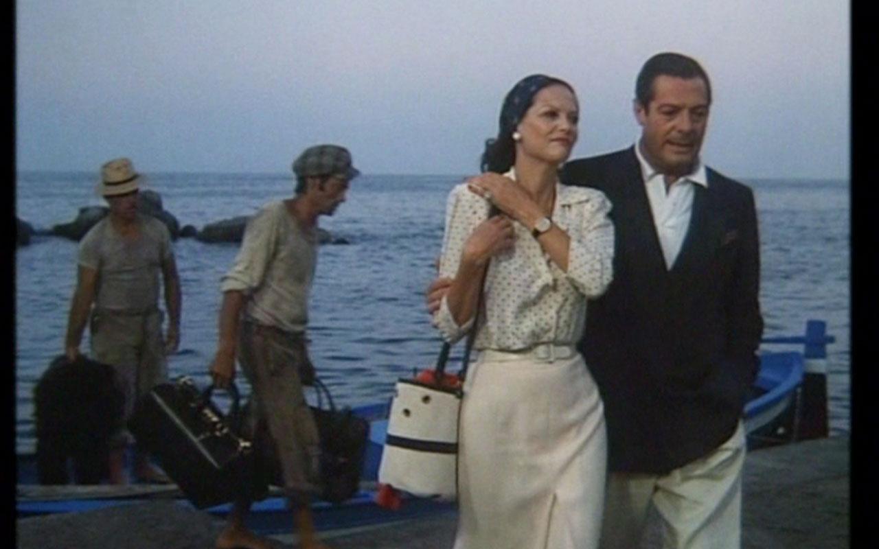 La fotografia ritrae Claudia Cardinale e Marcello Mastroianni da un scena del film La Pelle, girata in via Nazario Sauro sul lungomare di Napoli