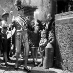 La fotografia ritrae Antonio de Curtis, in arte Totò, da una scena tratta dal film L'oro di Napoli