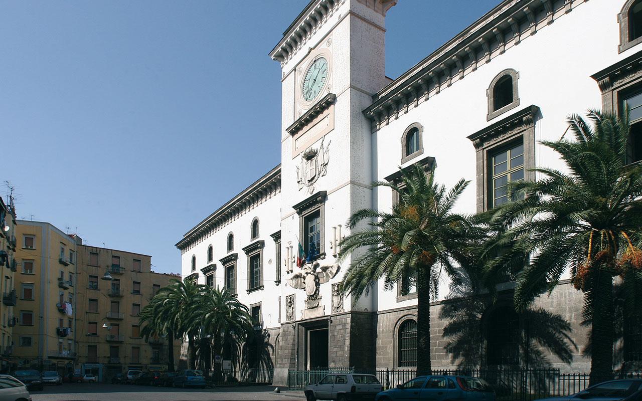 In fotografia si vede Castel Capuano, detto anche La Vicaria, è la sede del Tribunale di Napoli