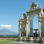 Veduta della Fontana dell'Immacolatella con vista del Vesuvio