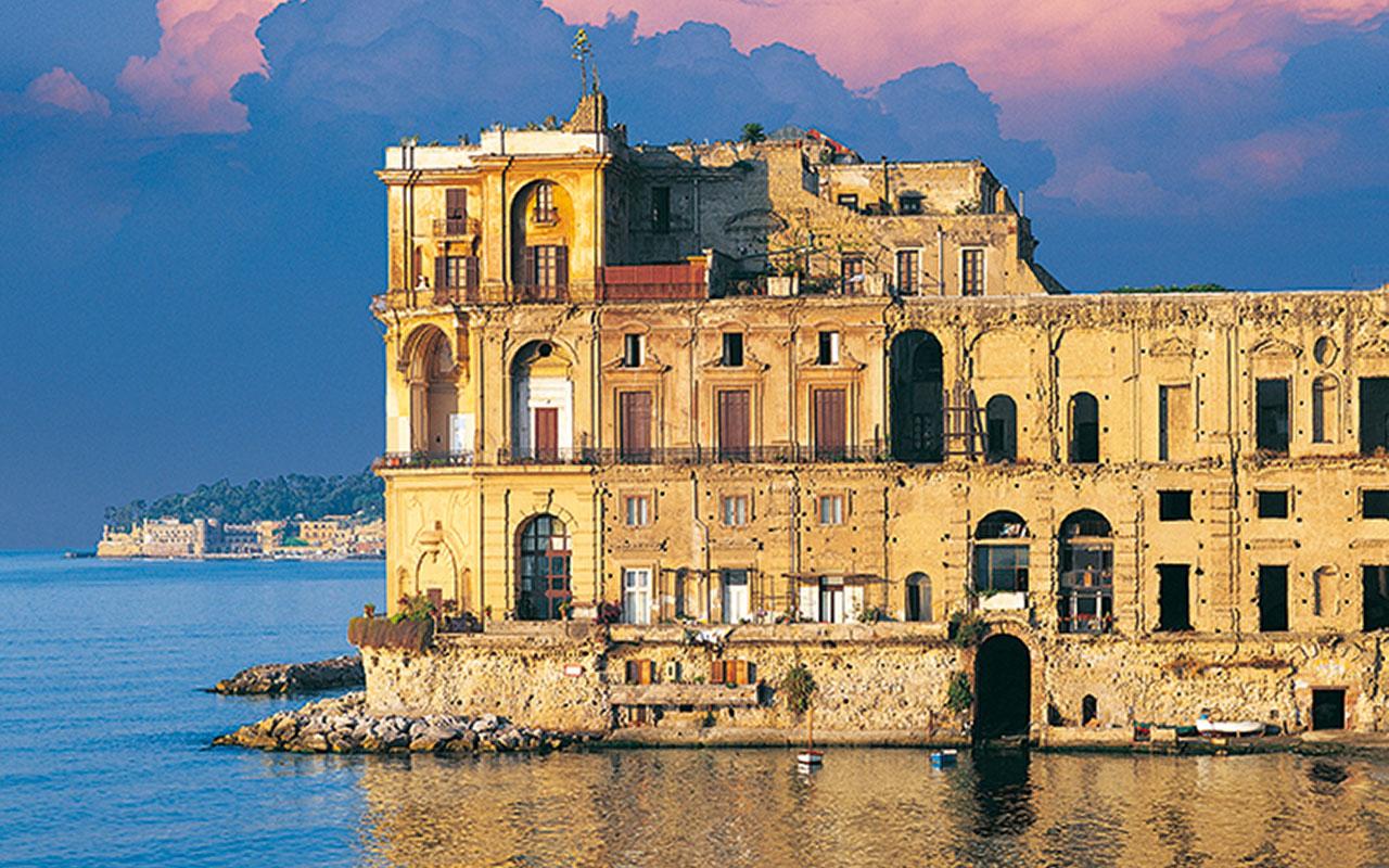 Veduta del Palazzo Donn'Anna, la cui splendida facciata dà direttamente sul mare