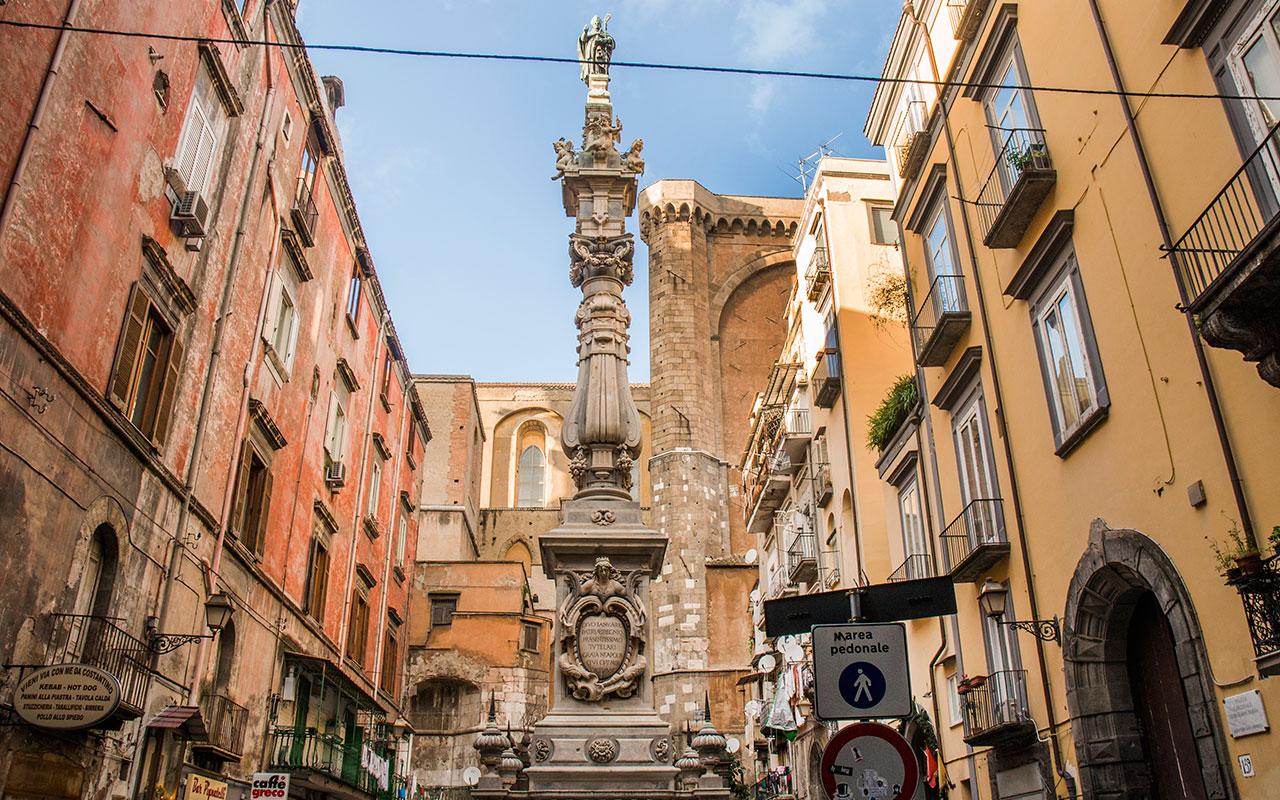 In fotografia si vede l'Obelisco di San Gennaro in Piazza Sisto Riario Sforza