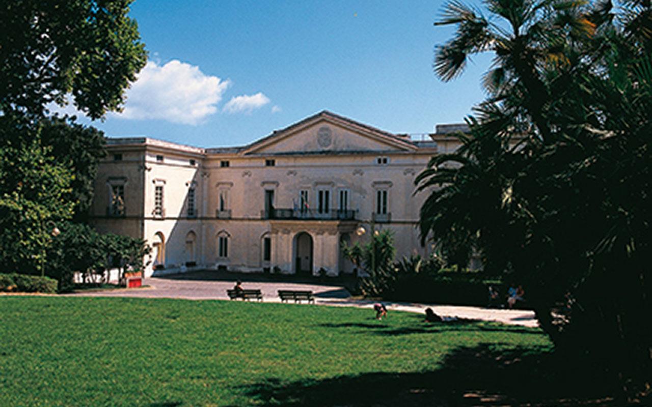 Villa Floridiana, collocata sulle colline del Vomero, ospita il Museo Nazionale della Ceramica Duca di Martina, sede di una delle più prestigiose raccolte di arte decorativa