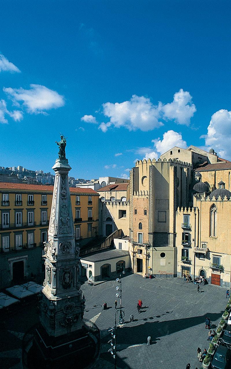 Veduta di Piazza San Domenico Maggiore con al centro la guglia di San Domenico e sullo sfondo l'omonima chiesa con la sua abside poligonale