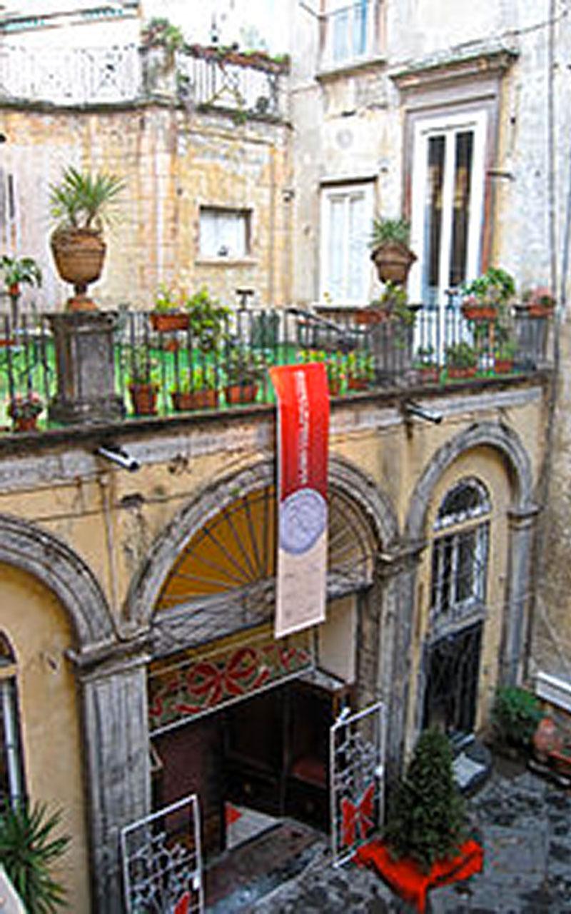 In fotografia si vede il cortile di Palazzo Venezia, situato lungo il Decumano Inferiore