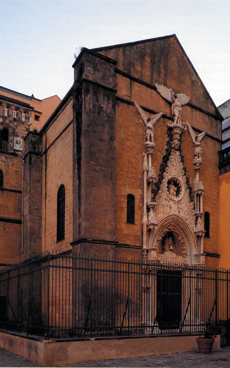 In fotografia si vede la facciata della Cappella Pappacoda con il portale in marmo, eseguito da Antonio Baboccio da Piperno