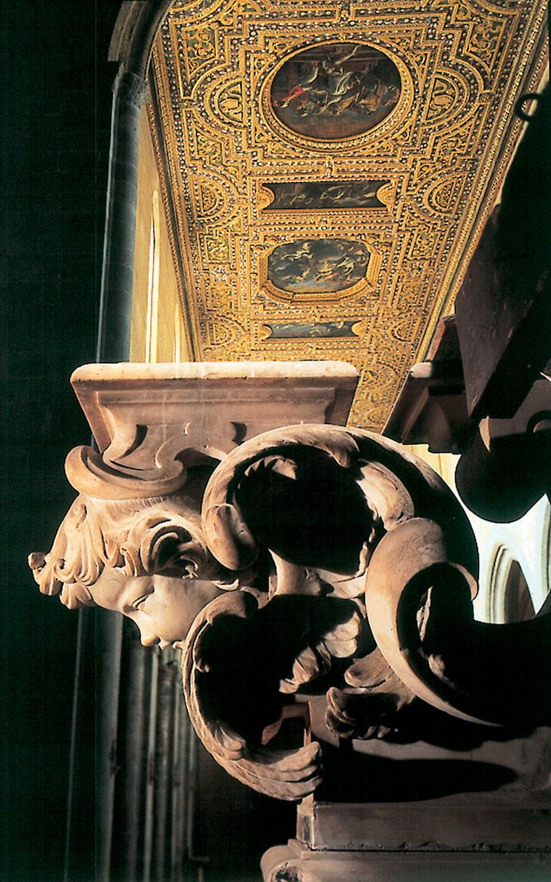 La fotografia mostra l'interno della Chiesa di San Pietro a Maiella e, in particolare, il soffitto cassettonato intagliato e dorato, nel quale sono inserite le tele di Mattia Preti