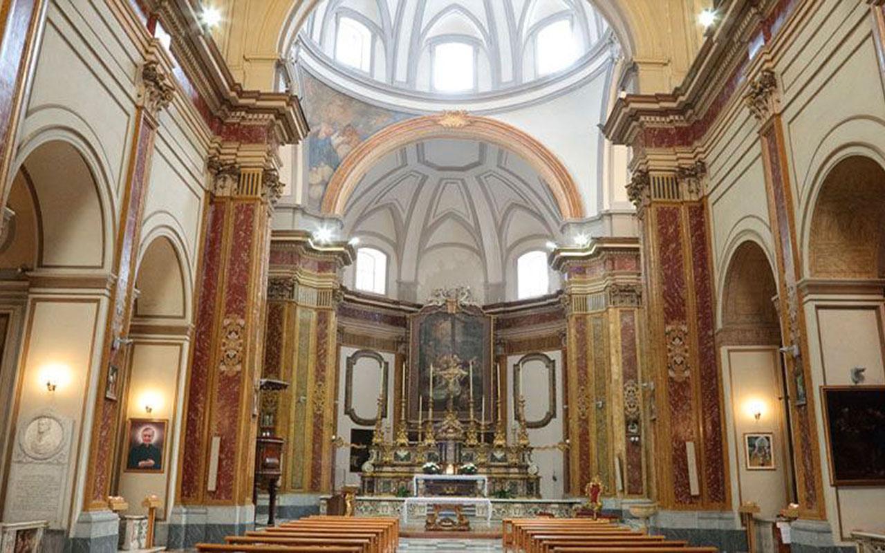 In fotografia si vede la navata centrale della chiesa della Pietà dei Turchini