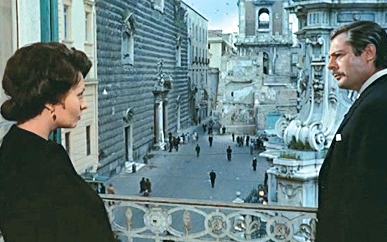 Sofia Loren e Marcello Mastroianni in una scena tratta dal film Matrimonio all'italiana girata a Palazzo Pandola. Sullo sfondo si vede Piazza del Gesù Nuovo