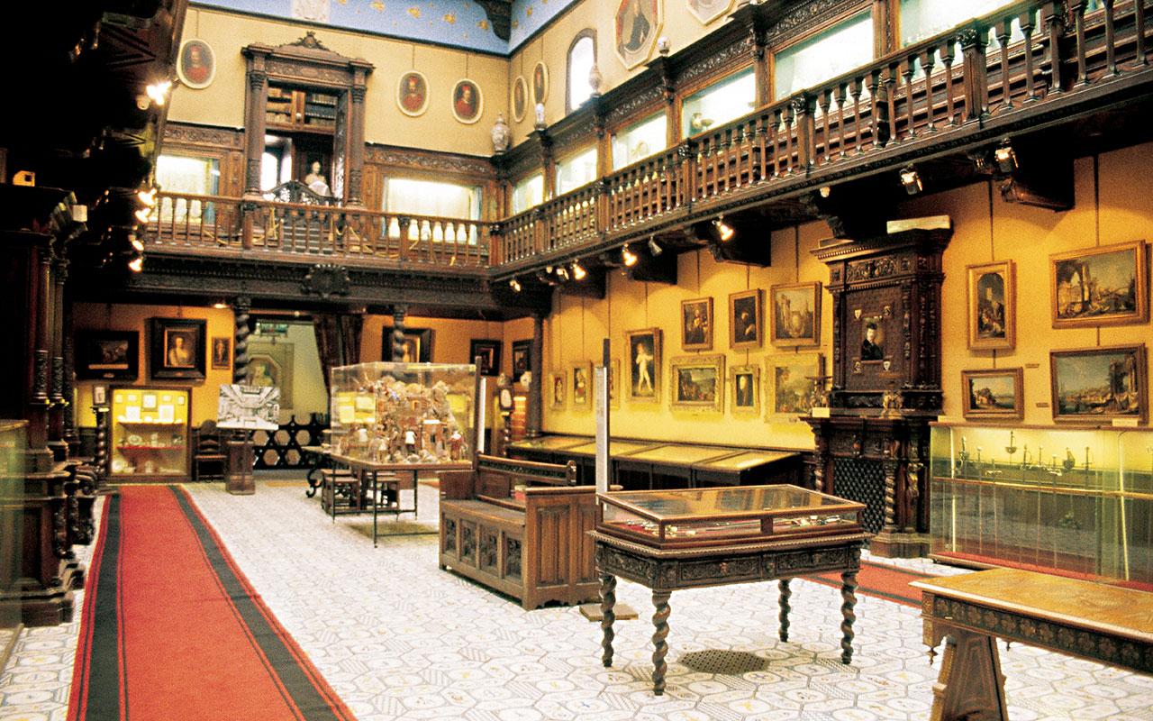 Una sala del Museo Civico Gaetano Filangieri, allestito nel Palazzo Como