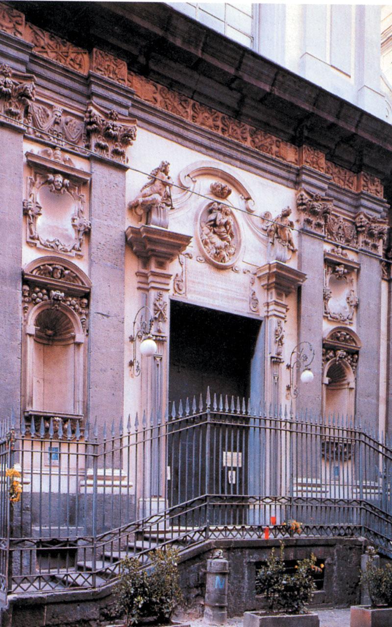 La Chiesa di Santa Maria delle Anime del Purgatorio ad Arco è conosciuta per il culto delle anime pezzentelle