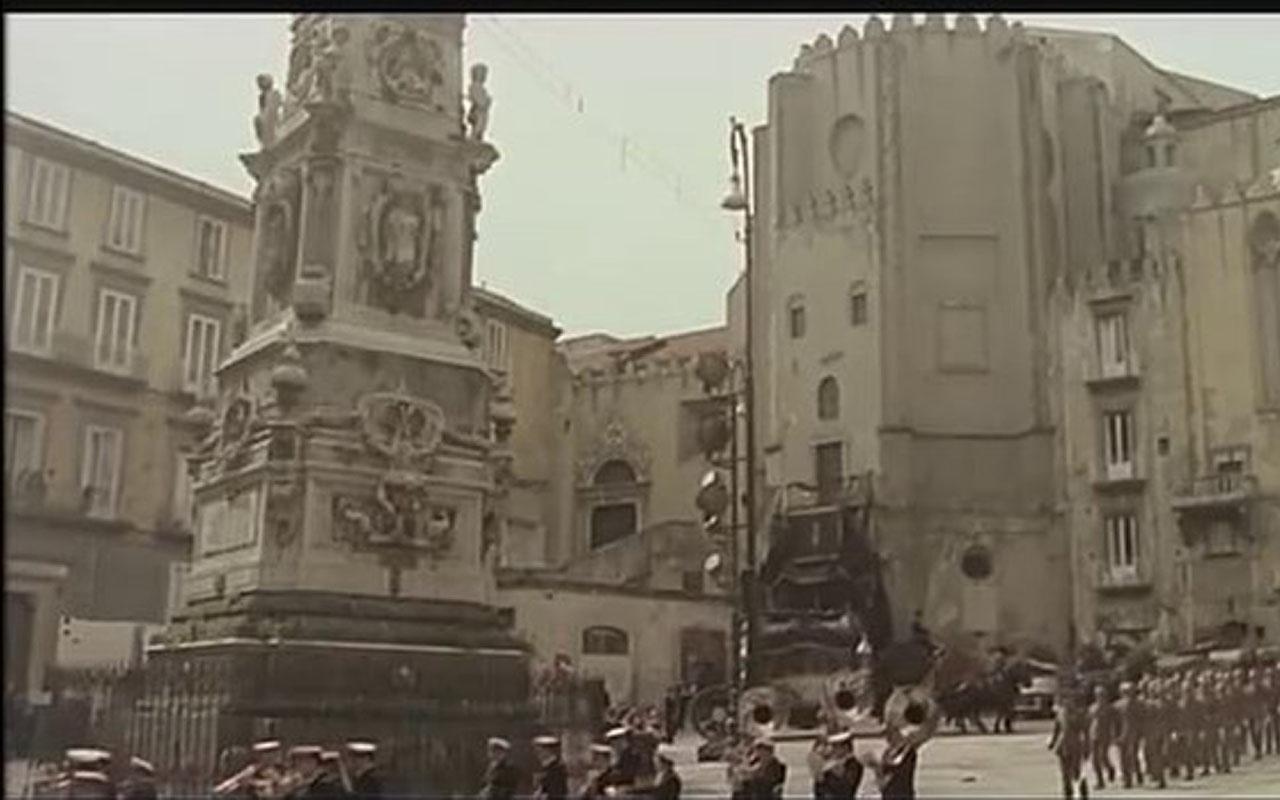 Piazza San Domenico Maggiore è una delle location in cui si gira il film Cadaveri eccellenti