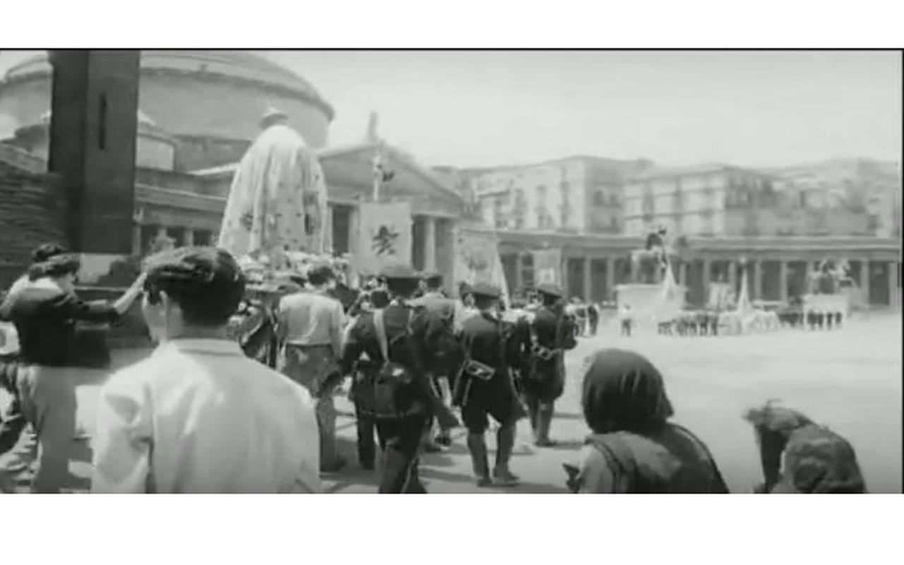 Il colonnato della basilica di San Francesco di Paola, sita in Piazza del Plebiscito, appare nel film Le quattro giornate di Napoli