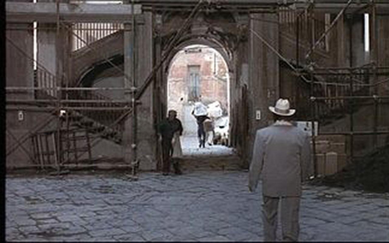 """Palazzo dello Spagnolo è la location dell'episodio """"Il fantasma di via Sanità"""" del film Pacco, doppio pacco e contropaccotto"""