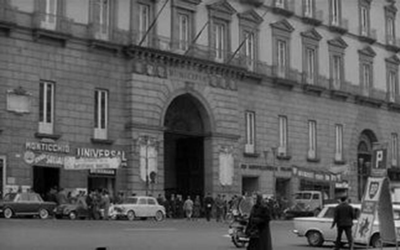 Location del film Le mani sulla città è Piazza Municipio, dove ha sede il Comune di Napoli