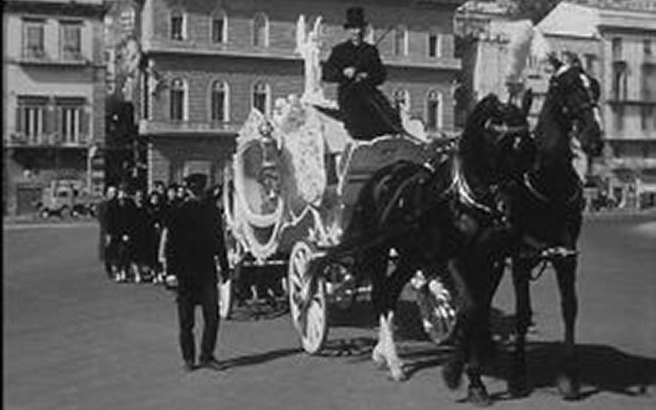 In Piazza della Repubblica è girato l'episodio Il funeralino de L'oro di Napoli