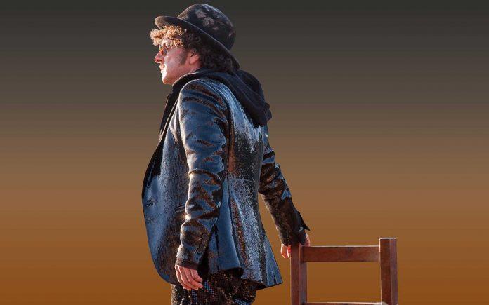 Scarrafunera di Cristian Izzo interpretato da Roberto Azzurro che ne cura anche la regia. Da giovedì 5 a domenica 8 aprile al Nuovo Teatro Sancarluccio di Napoli.