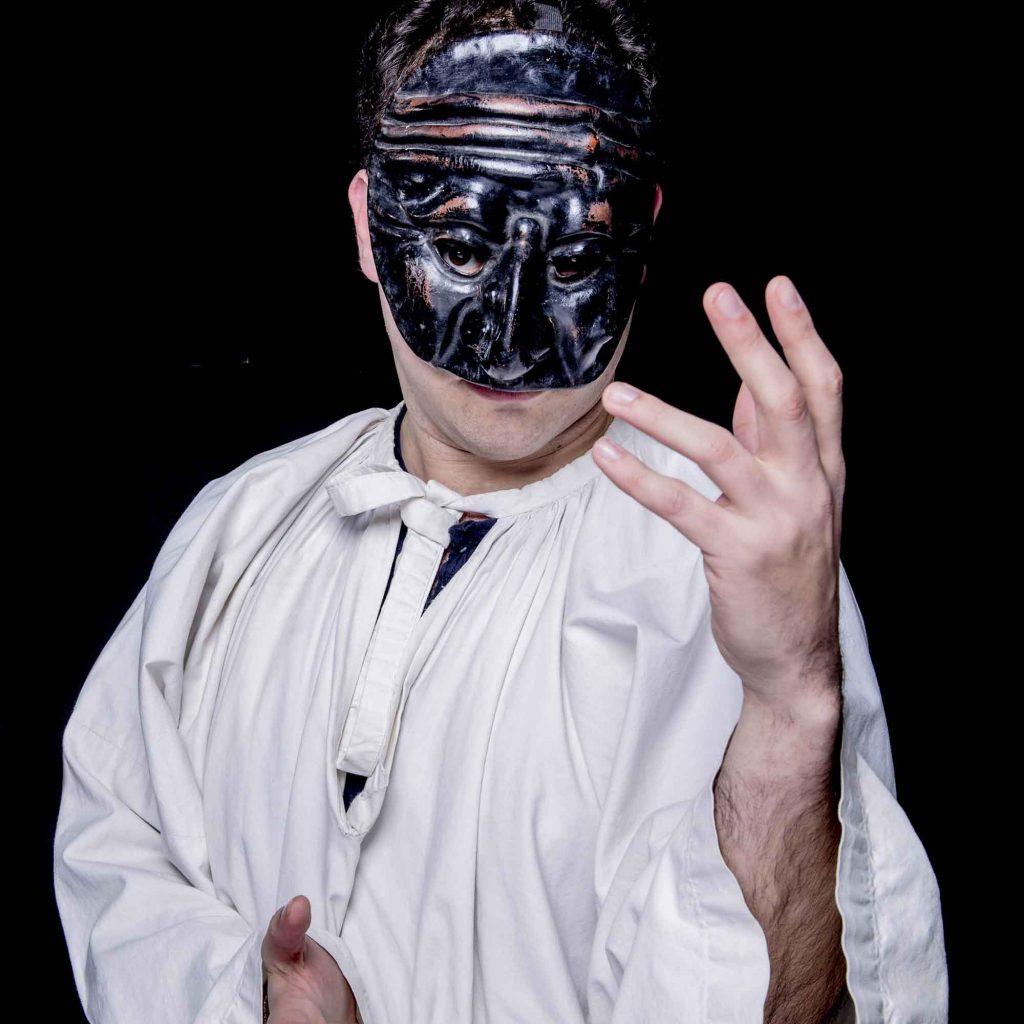 giorgio Gori veste i panni della famosa maschera napoletana pulcinellla