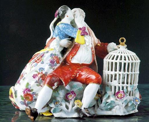 Il Bacio. Statuetta di porcellana esposta al Museo Duca di Martina per il giorno di San Valentino